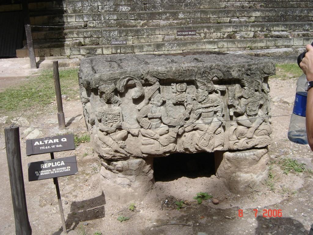Zdjęcia: Copan, Copan, Fragmenty ołtarzy ofiarnych, HONDURAS