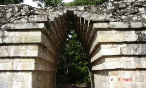 Zdjęcie HONDURAS / Copan / Copan / Aztecki łuk budowlany