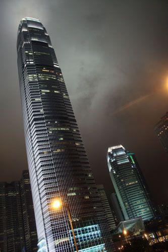 Zdj�cia: Gdzie� w okolicach Hollywood Road, Hong Kong Island, Hong Kong noc� - drapacz chmur, HONG KONG