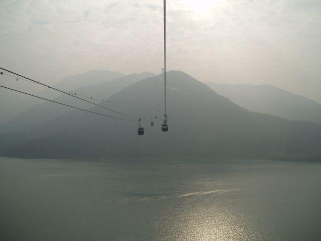 Zdjęcia: kolejką linową na wyspę Lantau,  Hong Kong, w chmurach, HONG KONG