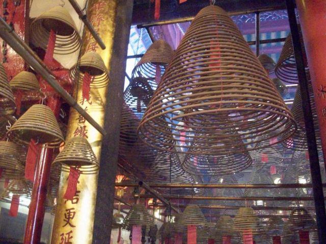 Zdjęcia: hong kong, hong kong, kadzidla w swiatyni buddyjskiej, HONG KONG