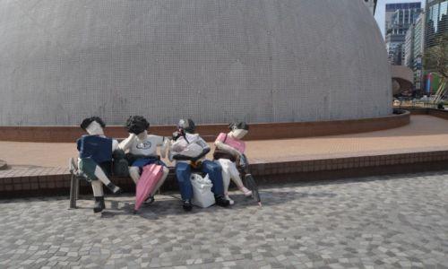 Zdjęcie HONG KONG / Hong Kong / Centrum / Hong Kong Muzeum Sztuki - Odpoczywajacy na ławce