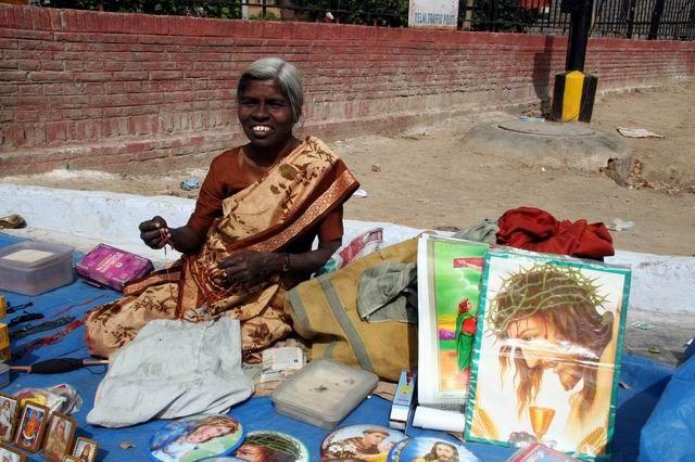 Zdjęcia: Przed kościołem katolickim w Delhi, Jest z nami wszędzie ...., INDIE