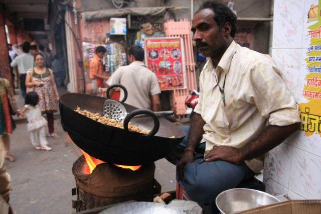 Zdjęcia: Jaipur, Rajasthan, Smazenie orzeszkow ziemnych, INDIE