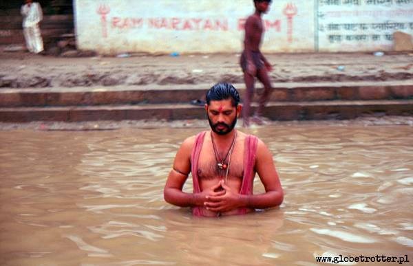 Zdjęcia: Varanasi, Varanasi, Poranna modlitwa w świętej rzece Ganges, INDIE
