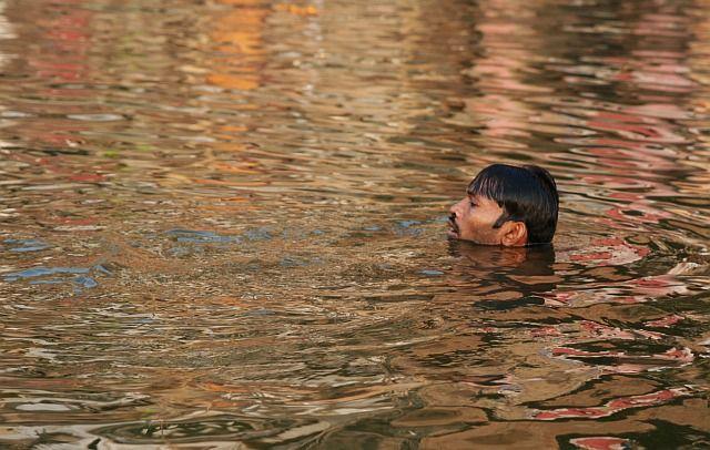 Zdjęcia: Varanasi, Uttar Pradesh, kapiel w Gandze o poranku, INDIE
