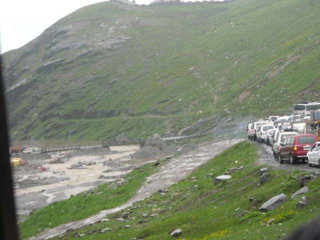 Zdjęcia: Manali-Przełęcz Rohtang, Himachal Pradesh, Mega korek na drodze z Manali do przełęczy Rohtang, INDIE
