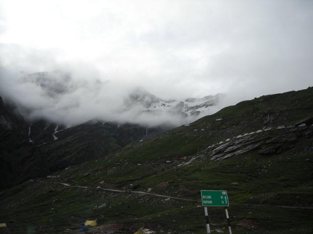 Zdjęcia: Manali-Przełęcz Rohtang, Himachal Pradesh, Tam w górze wśród chmur jest przełęcz.... brama do dloliny Spiti, INDIE