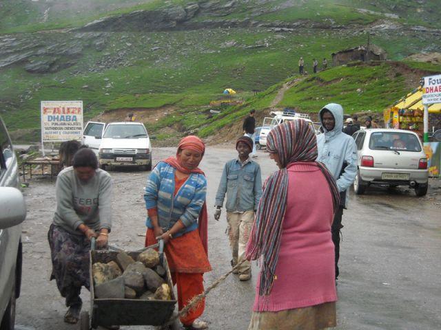 Zdjęcia: Manali-Przełęcz Rohtang, Himachal Pradesh, Prawie na przełęczy..., INDIE