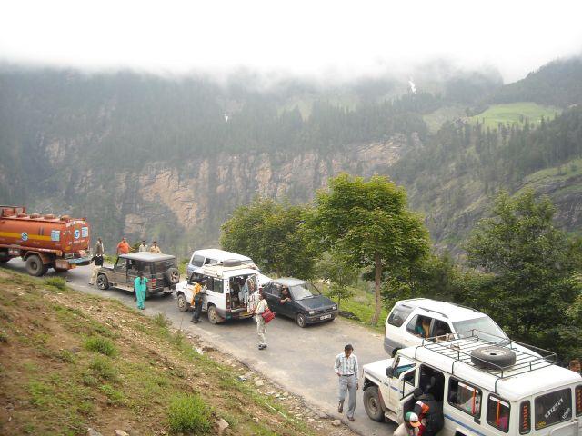 Zdjęcia: Manali-Przełęcz Rohtang, Himachal Pradesh, Przymusowy postój podczas podróży na przełęcz Rohtang, INDIE