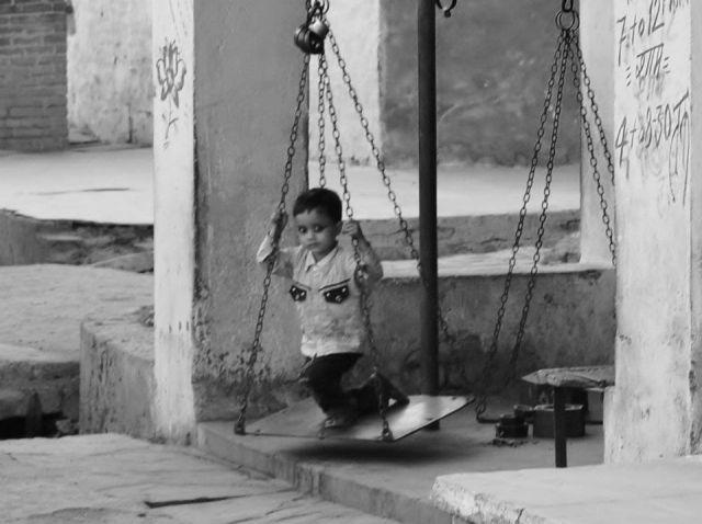 Zdjęcia: Orchha, Uttar Pradesh, Zabawa na byle-czym, INDIE