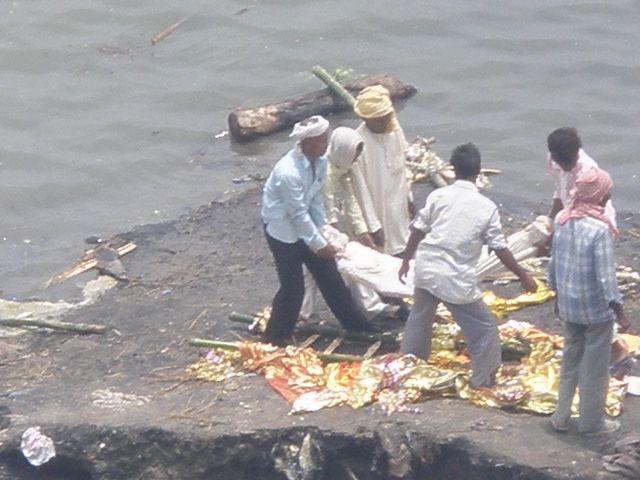Zdjęcia: Varanasi, radżastan, palenie zwłok nad Gangesem, INDIE