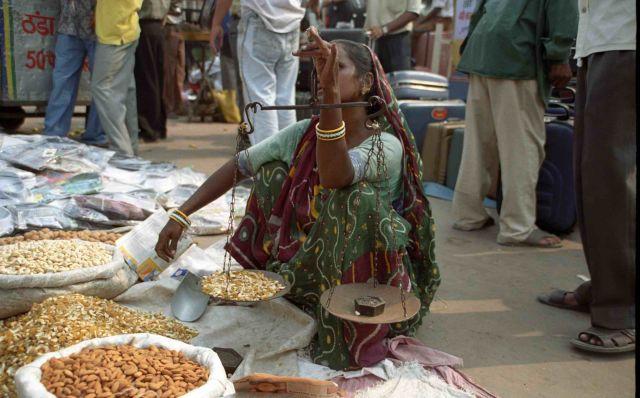 Zdjęcia: New Delhi, Bazar - waga, INDIE