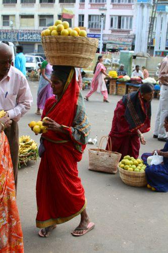 Zdjęcia: MYSORE, KARNATAKA, POMARANCZE NA GLOWIE, INDIE