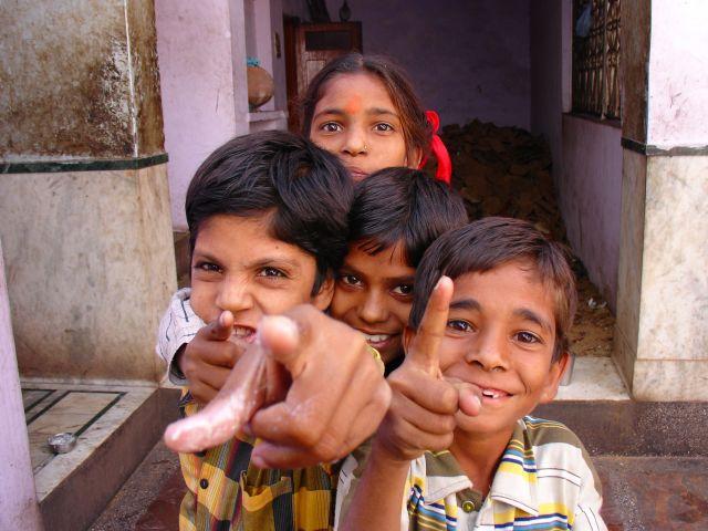 Zdjęcia: BIKANER, RAJASTHAN, DZIECI W SWIATYNI SZCZUROW, INDIE