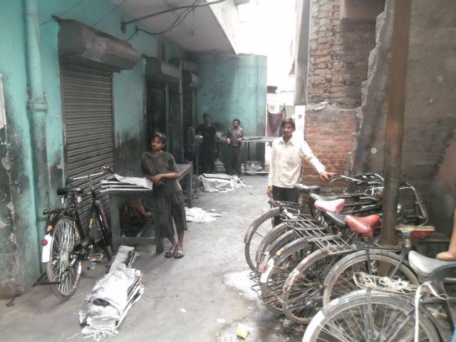 Zdjęcia: koło Rajouri Garden, New Delhi, A to ulica, przy której jest ta fabryka, INDIE