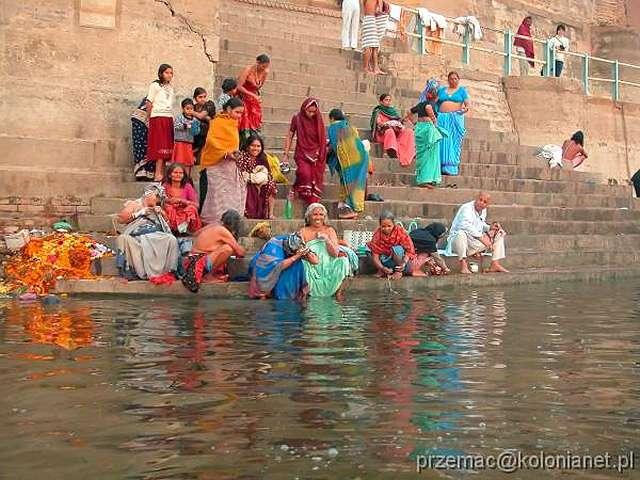 Zdjęcia: Varanasi, Kąpiel nad brzegiem Gangesu, INDIE