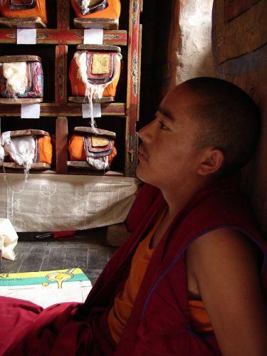 Zdj�cia: Dolina Leh , Ladakh, modlitwa w bibliotece klasztoru , INDIE
