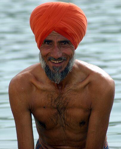 Zdjęcia: Amritsar, Kolory Indii - rytualna kąpiel, INDIE