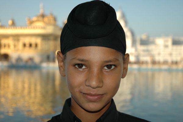 Zdjęcia: Amritsar, Punjab, Młody Sikh. W tle Złota Świątynia, INDIE