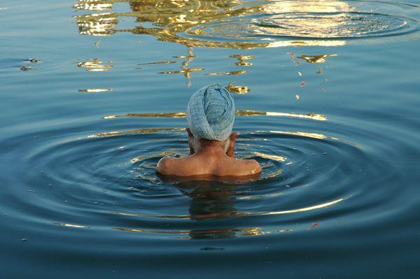 Zdjęcia: Amritsar, Punjab, Ablucja w jeziorze obok Złotej Świątyni, INDIE