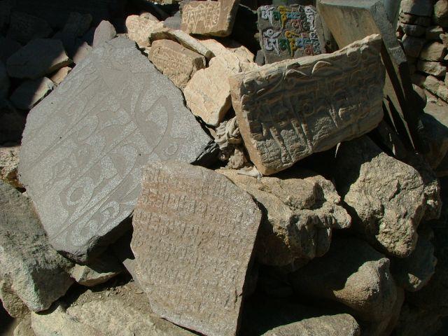 Zdjęcia: Nako, Mantry wyryte w kamiennych tabliczkach , INDIE