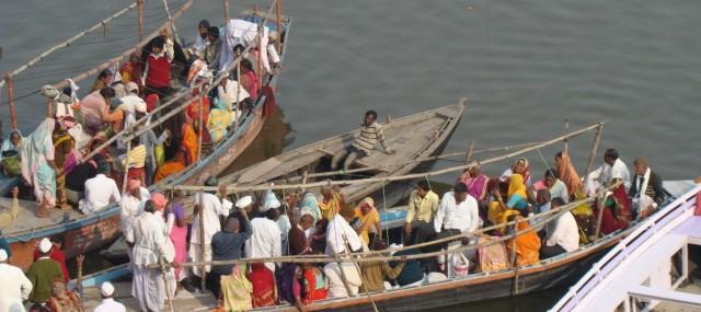 Zdjęcia: Varanasi, Uttar Pradesh, Pielgrzymi na Gangesie, INDIE
