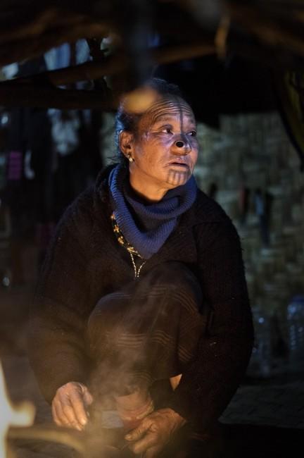 Zdjęcia: Dolina Ziro, Arunachal Pradesh, Przy palenisku w chacie., INDIE