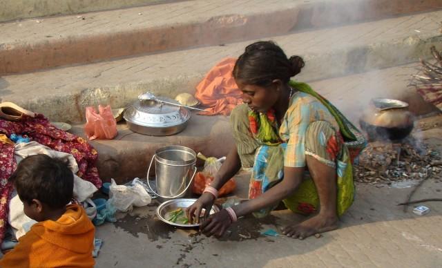 Zdjęcia: Varanasi, Uttar Pradesh, Śniadanie na ghatach, INDIE