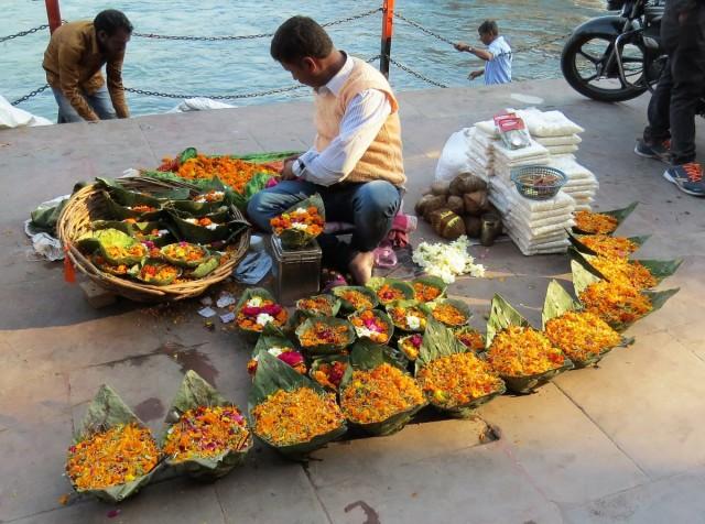Zdjęcia: Haridwar, Uttarakhand, Kosze z kwiatami na Ganga aarti, INDIE
