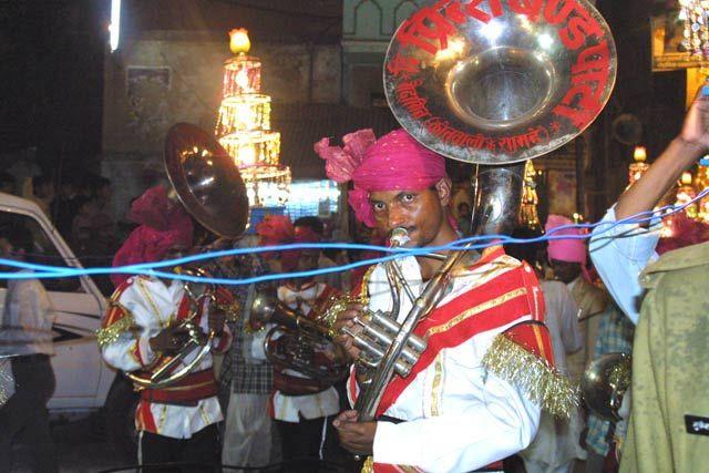 Zdjęcia: Waranasi, Uttar Pradesh, Swieto zaslubin Siwy- orkiestra, INDIE
