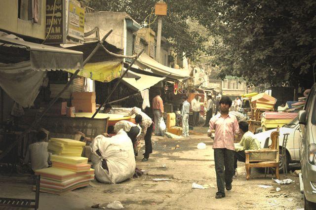 Zdjęcia: Delhi, jedna z ulic Delhi - materace, INDIE