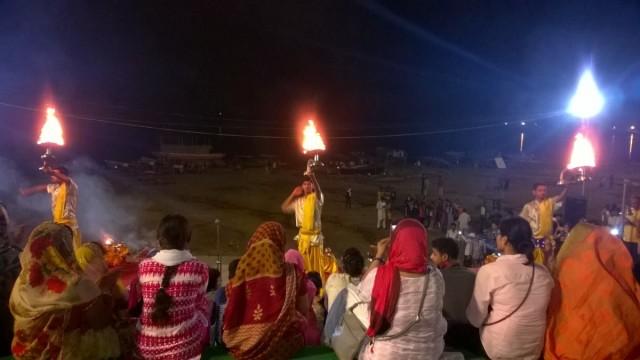 Zdjęcia: Varanasi, Uttar Pradeś, Wieczorna pudża na Asi Ghat, INDIE