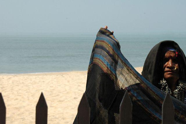 Zdjęcia: Goa, sprzedawczyni chust na plazy Goa, INDIE