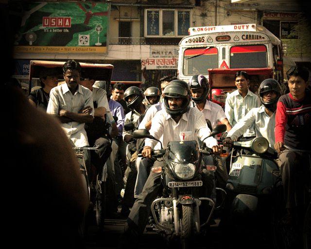 Zdjęcia: Jaipur, grozna mina motocyklisty ;), INDIE