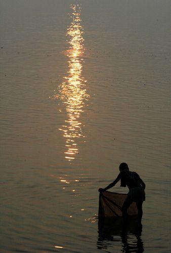 Zdjęcia: Varanasi, pranie w Gangesie o wschodzie slonca, INDIE