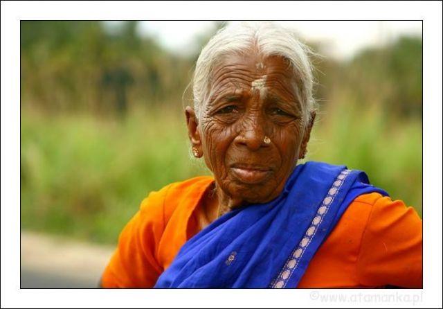 Zdjęcia: Sravanabelagola, Karnataka, Staruszka w drodze do Sravanabelagola, INDIE