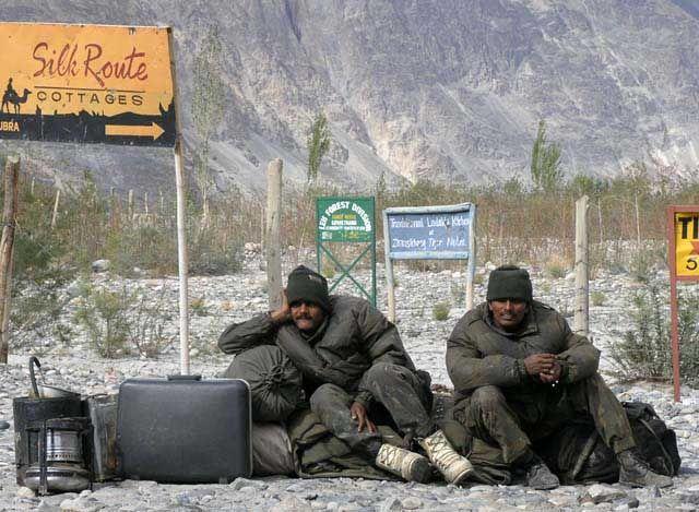 Zdjęcia: dolina Nubry (Diskit i Hunder), Ladakh, Soldiers of fortune - zołnierze indyjscy na granicy z Chinami, INDIE