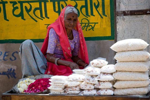 Zdjęcia: Pushkar, Radżastan, Kobieta sprzedajaca kwiaty, INDIE