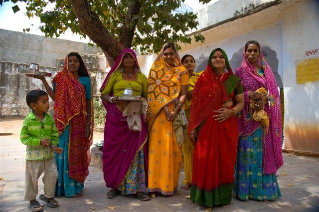 Zdjęcia: Pushkar, Radżastan, Kobiety w drodze do swiątyni..., INDIE