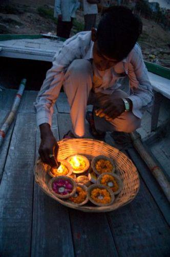 Zdjęcia: Varanasi, Uttar Pradesh, Varanasi - chłopiec przygotowuje ofiarną pudżę, INDIE