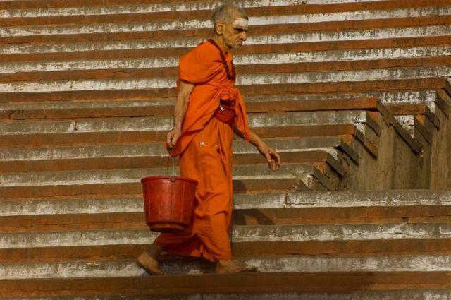 Zdjęcia: Varanasi, Uttar Pradesh, Varanasi - w drodze po wodę z Gangesu, INDIE