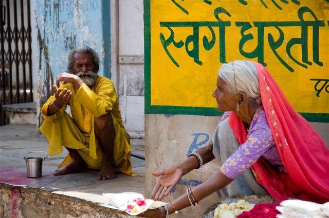 Zdjęcia: Pushkar, Radżastan, Pushkar - kobieta sprzedająca ofiarne pudże, INDIE