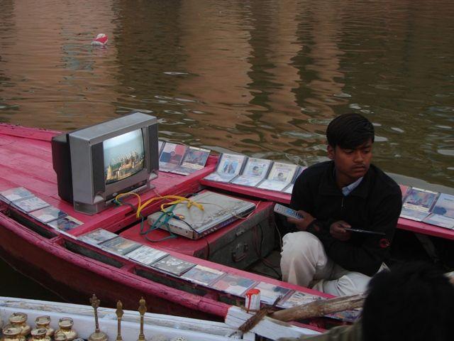 Zdjęcia: Varanasi, Pływający sklep, INDIE