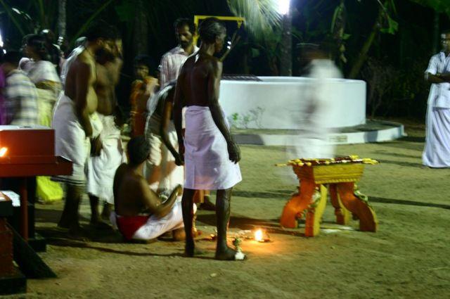 Zdjęcia: okolice Kannur, północna Kerala, kapłani przed obrzędem, INDIE