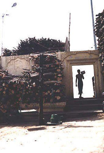 Zdjęcia: Varanasi, drewno do kremacji, INDIE