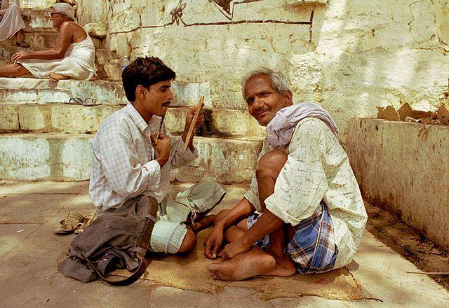 Zdjęcia: Varanasi, uliczny golibroda, INDIE