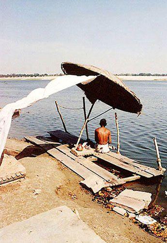 Zdjęcia: Varanasi, masażysta na ghatach, INDIE