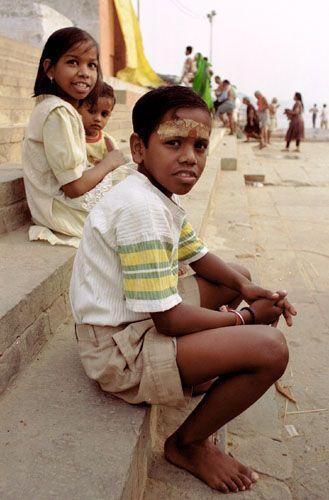 Zdjęcia: Varanasi, młodzi pielgrzymi bad Gangą, INDIE