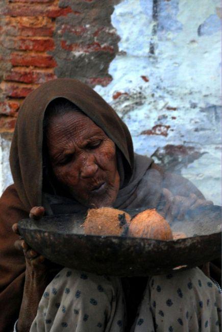 Zdjęcia: Indie, Varanasi, Do tej pory nie wiem co robiła ta Pani :), INDIE